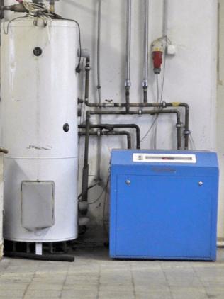 Az irodák és csarnok fűtését,valamint a festőüzem zsírtalanítójának hőntartását,zárt szondás hőszivattyús rendszer biztosítja